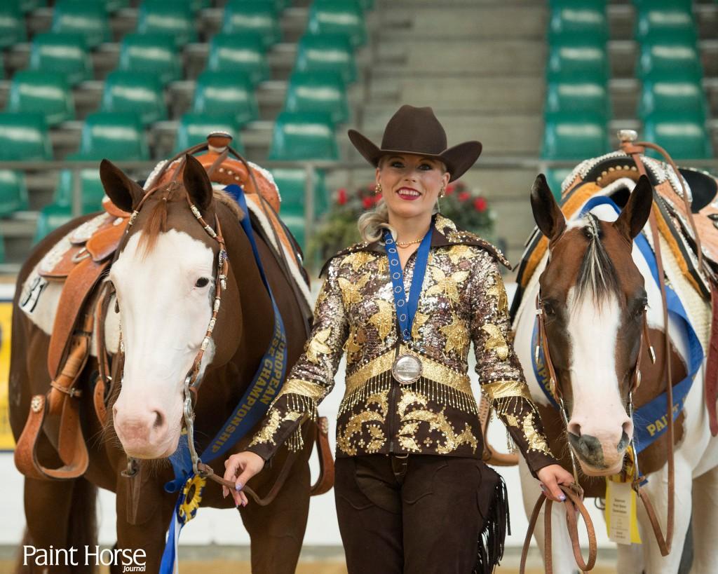Sarah Vorraber mit Lenas Amazing Grace und Like Smoking Gun - Sarah ist mit beiden Pferden mehrfacher Europameister. Bild: Paint Horse Journal