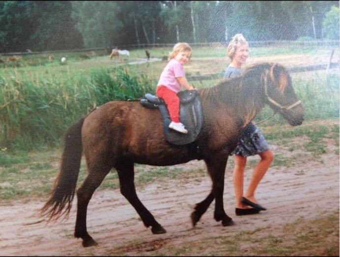 Leonie and the Iceland horse 'Glöbi'