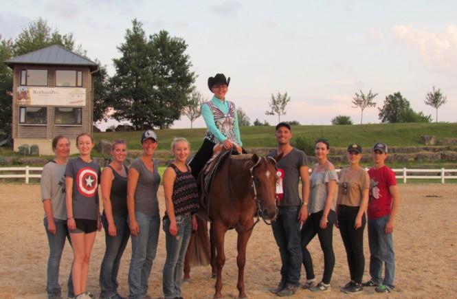 Sára und Emmi mit dem ganzen Team von Arne Kühn Show Horses