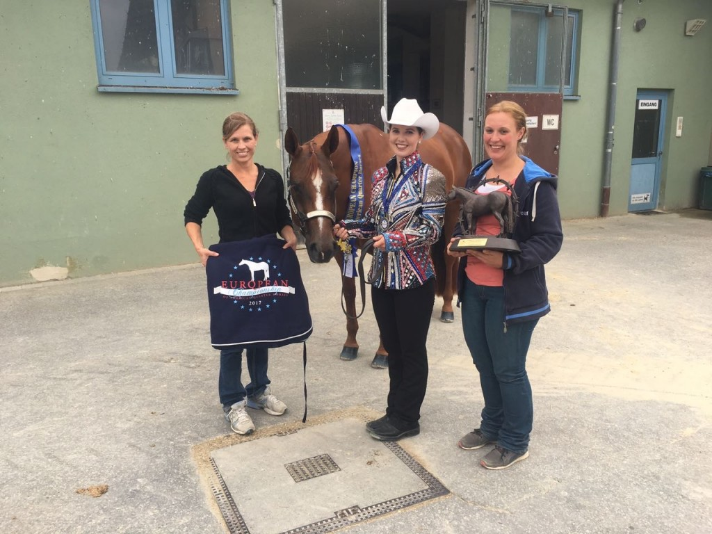 Laura and RR Suddenly Moonlite after winning the Youth Showmanship at the 2017 ECQH, with Laura's Mum (left) and Steffi Bubenzer (right).